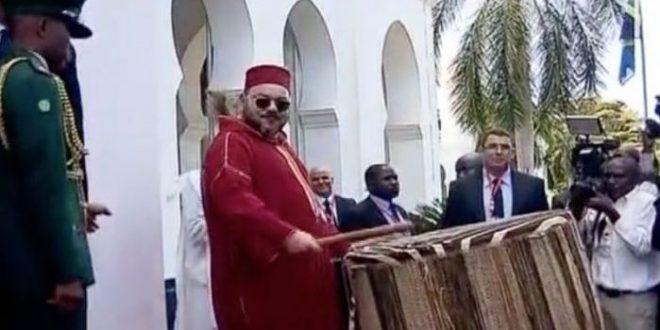 Le Roi Mohammed VI joue la percussion comme un professionnel ( vidéo )